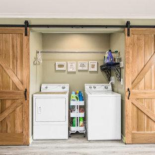 Inspiration för en stor lantlig vita vitt tvättstuga, med en rustik diskho, luckor med infälld panel, vita skåp, bänkskiva i kvartsit, vitt stänkskydd, laminatgolv och grått golv