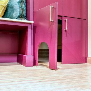 Пример оригинального дизайна: маленькая параллельная универсальная комната в стиле неоклассика (современная классика) с плоскими фасадами, столешницей из кварцевого агломерата, бежевыми стенами, полом из линолеума, с сушильной машиной на стиральной машине, бежевым полом и серой столешницей
