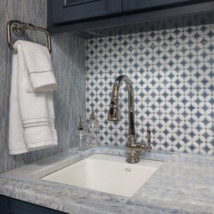 Inspiration för en liten vintage grå parallell grått tvättstuga enbart för tvätt, med en nedsänkt diskho, luckor med profilerade fronter, blå skåp, marmorbänkskiva, flerfärgad stänkskydd, stänkskydd i porslinskakel, blå väggar, marmorgolv, en tvättmaskin och torktumlare bredvid varandra och vitt golv