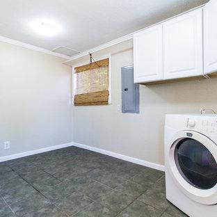 Esempio di una lavanderia minimal di medie dimensioni con ante a persiana, ante bianche, pareti beige, pavimento in gres porcellanato, lavatrice e asciugatrice affiancate e pavimento marrone