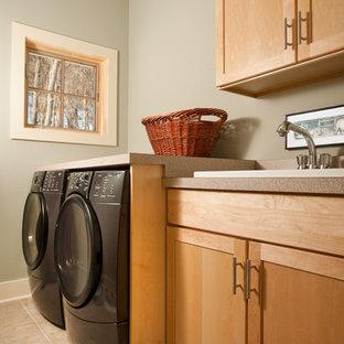 Idee per una sala lavanderia minimal di medie dimensioni con lavello da incasso, ante in stile shaker, top in laminato, pavimento in gres porcellanato, lavatrice e asciugatrice affiancate, pavimento beige, ante in legno chiaro, pareti verdi e top beige