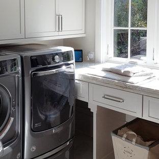 Immagine di una sala lavanderia chic di medie dimensioni con ante in stile shaker, ante bianche, top in granito, pareti grigie, pavimento in marmo, lavatrice e asciugatrice affiancate e pavimento grigio