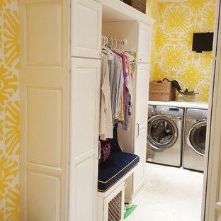 Diseño de lavadero multiusos, bohemio, pequeño, con fregadero bajoencimera, armarios con paneles con relieve, puertas de armario blancas, paredes amarillas, suelo de baldosas de cerámica y lavadora y secadora juntas