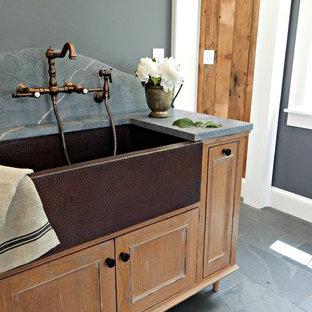 Esempio di una lavanderia multiuso chic di medie dimensioni con lavello stile country, ante a filo, top in saponaria, pareti grigie, pavimento in ardesia, top grigio e ante in legno scuro