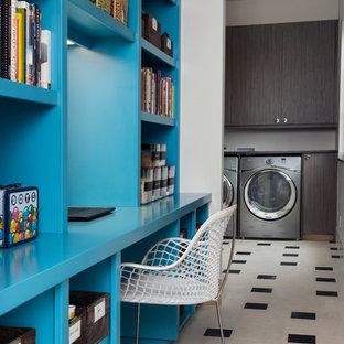 Неиссякаемый источник вдохновения для домашнего уюта: прямая универсальная комната среднего размера в современном стиле с плоскими фасадами, темными деревянными фасадами, деревянной столешницей, белыми стенами, полом из линолеума и со стиральной и сушильной машиной рядом