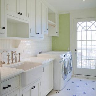 Ispirazione per una sala lavanderia stile marino con lavello stile country, ante bianche, pareti verdi, pavimento con piastrelle in ceramica, lavatrice e asciugatrice affiancate e ante a filo