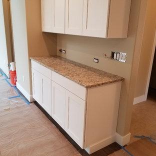 Idee per una lavanderia con lavello sottopiano, paraspruzzi in lastra di pietra e top in quarzo composito