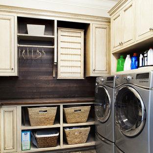 Idee per una lavanderia classica con ante beige, lavatrice e asciugatrice affiancate, ante con riquadro incassato, pavimento in gres porcellanato, top marrone e top in legno