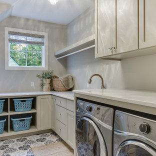 Foto på en mellanstor lantlig beige l-formad tvättstuga enbart för tvätt, med en nedsänkt diskho, skåp i shakerstil, grå skåp, bänkskiva i kvarts, beige väggar, klinkergolv i porslin, en tvättmaskin och torktumlare bredvid varandra och blått golv