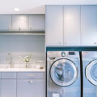 Idéer för att renovera en vintage tvättstuga, med bänkskiva i återvunnet glas, klinkergolv i porslin och grå skåp