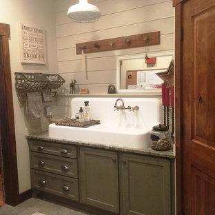 Ispirazione per una sala lavanderia shabby-chic style con lavatoio, ante in stile shaker, ante con finitura invecchiata, top in granito e pareti bianche