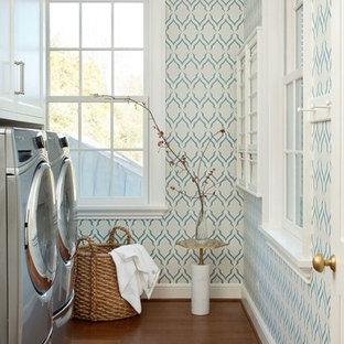 Idéer för mellanstora vintage parallella tvättstugor enbart för tvätt, med luckor med infälld panel, vita skåp, flerfärgade väggar, mörkt trägolv och en tvättmaskin och torktumlare bredvid varandra