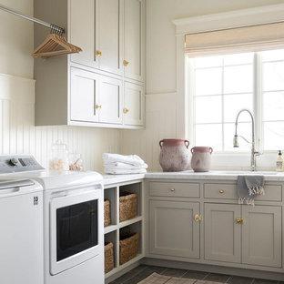 Ispirazione per una grande sala lavanderia stile marinaro con ante grigie, top in marmo, pareti bianche, pavimento con piastrelle in ceramica, lavatrice e asciugatrice affiancate, pavimento grigio e top multicolore