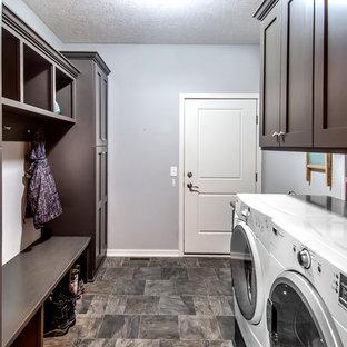 Esempio di una piccola lavanderia multiuso stile americano con ante in stile shaker, pareti grigie, pavimento in linoleum, lavatrice e asciugatrice affiancate, ante in legno bruno e pavimento grigio
