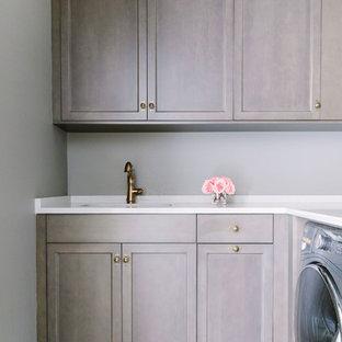 Ispirazione per una sala lavanderia classica di medie dimensioni con lavello sottopiano, ante a filo, ante con finitura invecchiata, top piastrellato, pareti grigie, pavimento in terracotta, lavatrice e asciugatrice affiancate, pavimento multicolore e top bianco