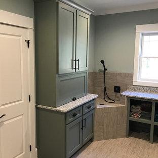 Idéer för att renovera en mellanstor vintage l-formad tvättstuga enbart för tvätt, med skåp i shakerstil, grå skåp, granitbänkskiva, grå väggar, vinylgolv, en tvättmaskin och torktumlare bredvid varandra och beiget golv