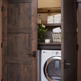 Inspiration för en rustik liten tvättstuga