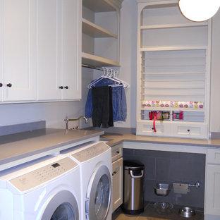 Esempio di una sala lavanderia boho chic di medie dimensioni con lavello sottopiano, ante con riquadro incassato, ante bianche, top in quarzo composito, pavimento con piastrelle in ceramica e lavatrice e asciugatrice affiancate