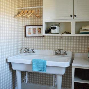 Foto på en mellanstor vintage linjär tvättstuga enbart för tvätt, med en enkel diskho, vita skåp, klinkergolv i keramik, en tvättmaskin och torktumlare bredvid varandra, bänkskiva i kvarts, flerfärgade väggar och luckor med lamellpanel