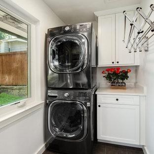 Foto på en mellanstor vintage vita linjär tvättstuga enbart för tvätt, med vita skåp, bänkskiva i kvarts, vita väggar, klinkergolv i porslin, en tvättpelare, grått golv och skåp i shakerstil