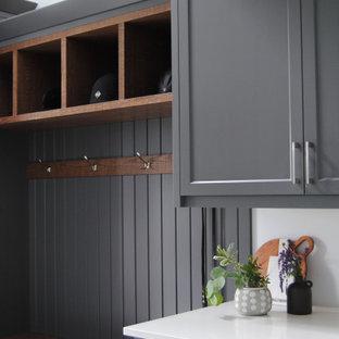 Idéer för stora amerikanska parallella vitt grovkök, med skåp i shakerstil, grå skåp, bänkskiva i kvartsit, vita väggar, klinkergolv i keramik och flerfärgat golv