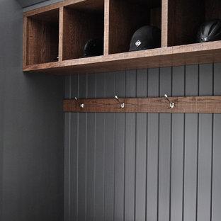 Idée de décoration pour une grand buanderie parallèle craftsman multi-usage avec un placard à porte shaker, des portes de placard grises, un plan de travail en quartz, un mur blanc, un sol en carrelage de céramique, un sol multicolore, un plan de travail blanc, un plafond voûté et du lambris de bois.