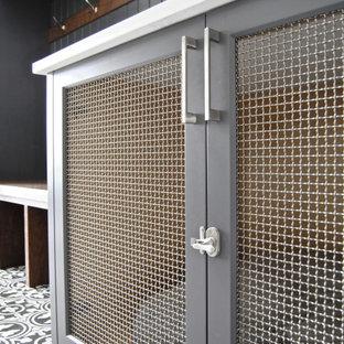 Réalisation d'une grand buanderie parallèle craftsman multi-usage avec un placard à porte shaker, des portes de placard grises, un plan de travail en quartz, un mur blanc, un sol en carrelage de céramique, un sol multicolore, un plan de travail blanc, un plafond voûté et du lambris de bois.