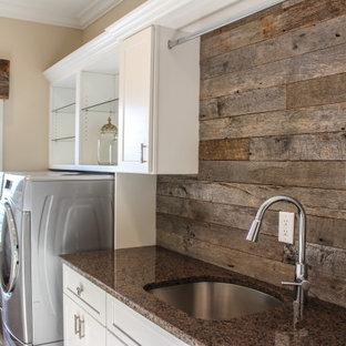 Idéer för ett litet lantligt flerfärgad linjärt grovkök, med en undermonterad diskho, skåp i shakerstil, vita skåp, granitbänkskiva, flerfärgad stänkskydd, stänkskydd i trä, flerfärgade väggar, mellanmörkt trägolv, en tvättmaskin och torktumlare bredvid varandra och flerfärgat golv