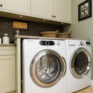 Foto di una sala lavanderia american style di medie dimensioni con ante in stile shaker, top in granito, pavimento in travertino, lavatrice e asciugatrice affiancate, ante beige e pareti grigie