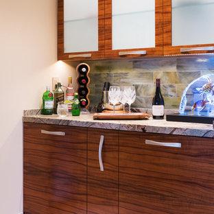 Idee per una lavanderia multiuso tropicale con ante lisce, ante in legno scuro, top in marmo, pareti beige, pavimento in pietra calcarea e lavatrice e asciugatrice nascoste