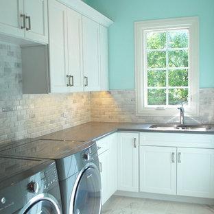 Idee per una sala lavanderia classica di medie dimensioni con lavello sottopiano, ante in stile shaker, ante bianche, top in quarzo composito, pareti blu, pavimento in gres porcellanato e lavatrice e asciugatrice affiancate