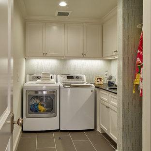 Inspiration för en mellanstor vintage svarta l-formad svart tvättstuga enbart för tvätt, med en undermonterad diskho, skåp i shakerstil, vita skåp, bänkskiva i kvarts, beige väggar, klinkergolv i porslin, en tvättmaskin och torktumlare bredvid varandra och grått golv