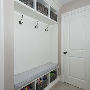Идея дизайна: прямая кладовка среднего размера в стиле модернизм с двойной раковиной, фасадами с утопленной филенкой, белыми фасадами, гранитной столешницей, бежевыми стенами, полом из ламината, со стиральной и сушильной машиной рядом, серым полом и белой столешницей