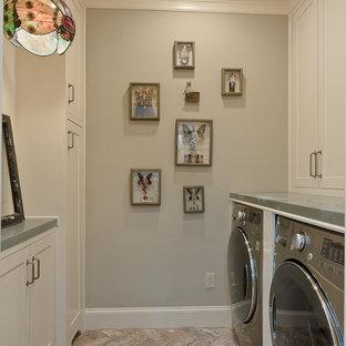Bild på ett mellanstort vintage parallellt grovkök, med beige skåp, bänkskiva i zink, grå väggar, tegelgolv och en tvättmaskin och torktumlare bredvid varandra