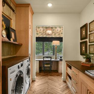 Exemple d'une grand buanderie parallèle nature multi-usage avec un évier de ferme, un placard à porte shaker, des portes de placard en bois clair, un plan de travail en bois, une crédence en bois, un mur blanc, un sol en bois brun, des machines côte à côte et un plan de travail marron.