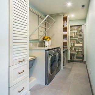 Idéer för mellanstora vintage linjära tvättstugor enbart för tvätt, med en allbänk, luckor med lamellpanel, bänkskiva i kvarts, gröna väggar och en tvättmaskin och torktumlare bredvid varandra