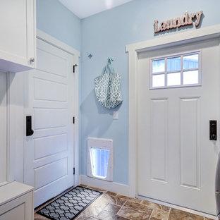 Идея дизайна: маленькая отдельная, параллельная прачечная в стиле кантри с фасадами в стиле шейкер, белыми фасадами, синими стенами, полом из керамической плитки, со стиральной и сушильной машиной рядом и коричневым полом