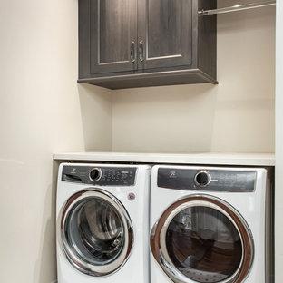 Esempio di una piccola sala lavanderia design con ante con riquadro incassato, ante grigie, top in quarzo composito, pareti beige, pavimento in marmo, lavatrice e asciugatrice affiancate, pavimento multicolore e top bianco