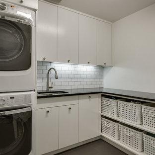 Inspiration för en mellanstor skandinavisk l-formad tvättstuga enbart för tvätt, med en undermonterad diskho, släta luckor, vita skåp, vita väggar, en tvättpelare, bänkskiva i kvarts och klinkergolv i keramik