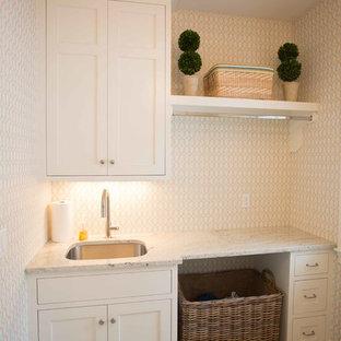 Inspiration för mellanstora klassiska tvättstugor enbart för tvätt, med en undermonterad diskho, luckor med infälld panel, vita skåp, marmorbänkskiva, flerfärgade väggar, klinkergolv i porslin och en tvättmaskin och torktumlare bredvid varandra