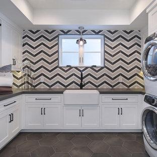 Новый формат декора квартиры: отдельная, п-образная прачечная в стиле современная классика с раковиной в стиле кантри, фасадами в стиле шейкер, белыми фасадами, разноцветными стенами, с сушильной машиной на стиральной машине, серым полом и серой столешницей