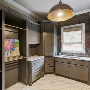 Inspiration för stora klassiska u-formade tvättstugor enbart för tvätt, med en undermonterad diskho, skåp i shakerstil, beige skåp, bänkskiva i kvarts, klinkergolv i porslin, en tvättmaskin och torktumlare bredvid varandra och bruna väggar