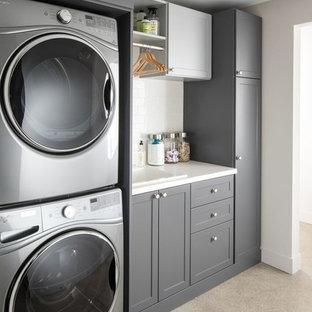 Esempio di una sala lavanderia design di medie dimensioni con lavello da incasso, ante in stile shaker, ante grigie, top in quarzo composito, pareti bianche, moquette, lavatrice e asciugatrice a colonna, pavimento beige e top bianco