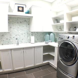 Immagine di una lavanderia boho chic con lavatrice e asciugatrice a colonna