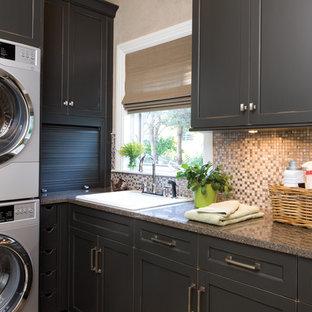 Inspiration för en vintage l-formad tvättstuga, med svarta skåp, en tvättpelare, granitbänkskiva, beige väggar och skåp i shakerstil