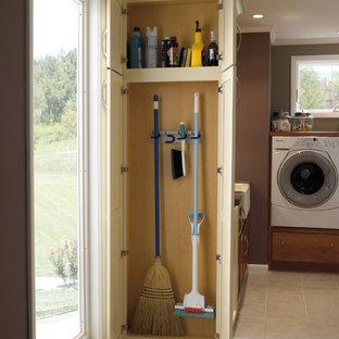 Immagine di una lavanderia multiuso tradizionale di medie dimensioni con lavello stile country, ante in stile shaker, pareti marroni, lavatrice e asciugatrice affiancate, pavimento con piastrelle in ceramica e ante beige