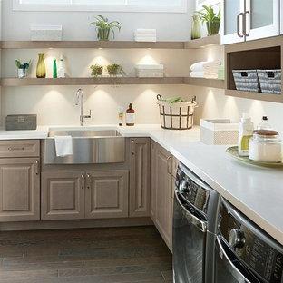 Exempel på ett mellanstort klassiskt vit u-format vitt grovkök, med en rustik diskho, luckor med upphöjd panel, beige skåp, beige väggar, mörkt trägolv, en tvättmaskin och torktumlare bredvid varandra och brunt golv