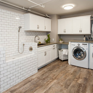 Idéer för att renovera ett vintage l-format grovkök, med en undermonterad diskho, skåp i shakerstil, vita skåp, bänkskiva i kvarts, grå väggar, vinylgolv och en tvättmaskin och torktumlare bredvid varandra