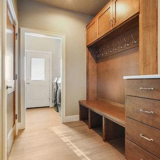 Immagine di una sala lavanderia bohémian di medie dimensioni con lavello sottopiano, ante in stile shaker, top in quarzo composito, pareti grigie, parquet chiaro, lavatrice e asciugatrice affiancate e top bianco