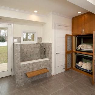 Inspiration för ett mellanstort vintage l-format grovkök, med klinkergolv i porslin, skåp i shakerstil, skåp i mellenmörkt trä och vita väggar